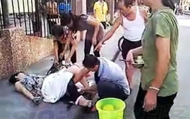 Seorang ibu melahirkan di tengah jalan