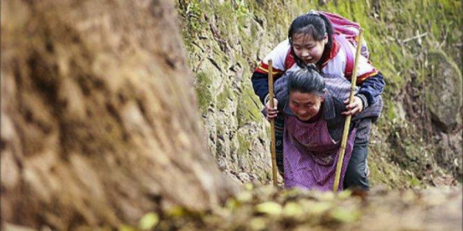 Demi sekolah, nenek 66 tahun gendong cucu sejauh 4 km