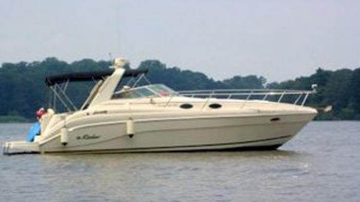 Orang Ini Lupa Telantarkan Perahu Mewah di Pantai